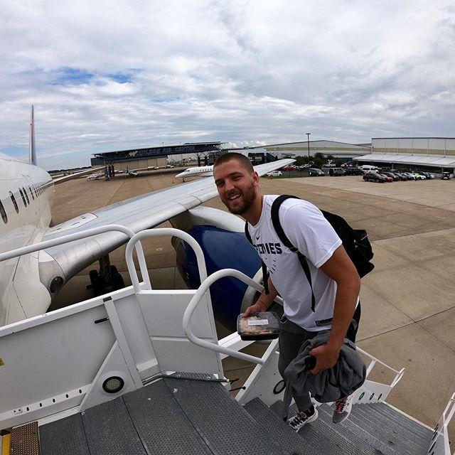 首赛在即!灰熊众将抵达机场前往伯明翰