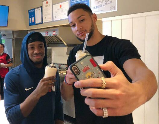 赛前放松!西蒙斯同队友杰克逊逛商场喝奶茶