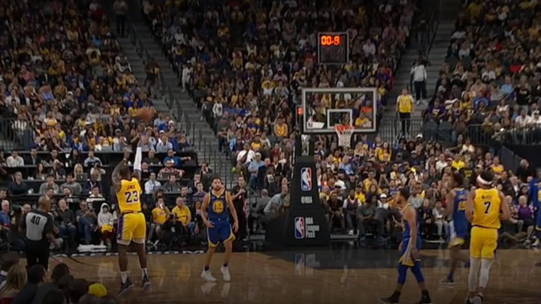 视频:百步穿杨!詹姆斯半场结束前投中超远压哨三分