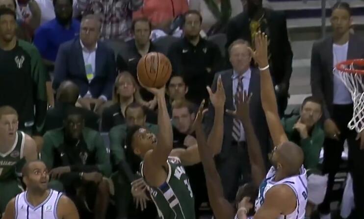 [视频]十佳球:阿伦单臂封阻格里芬,巴图姆隔人封盖