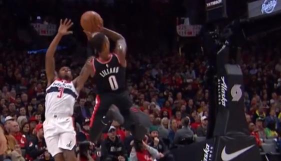 [视频]灵动!利拉德晃起比尔高难度扭身投篮2+1