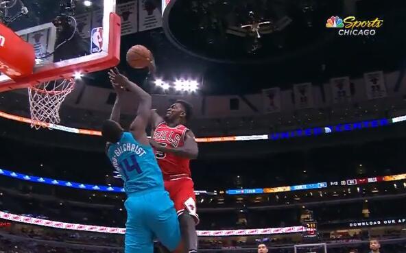 [视频]隔人暴扣!波蒂斯隔着迈基吉将球砸进篮筐