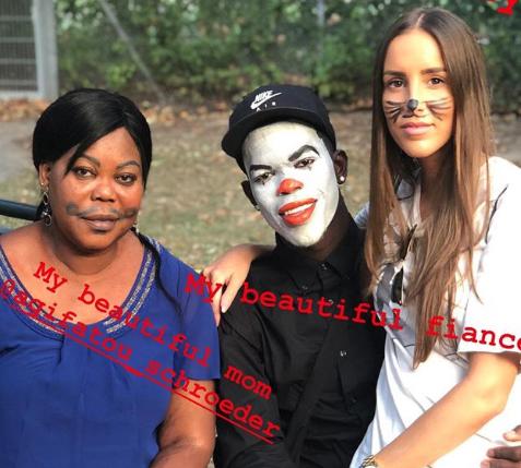 预备万圣节?施罗德小丑装扮与未婚妻和母亲合影