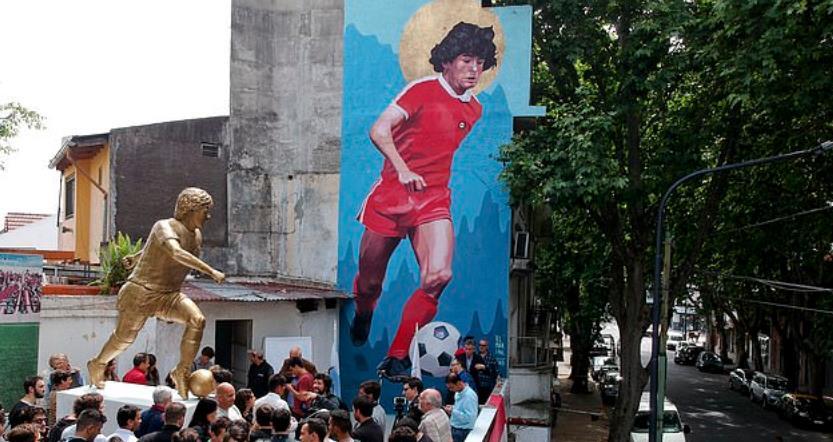 阿根廷为马拉多纳庆生,九英尺铜像重现世纪进球