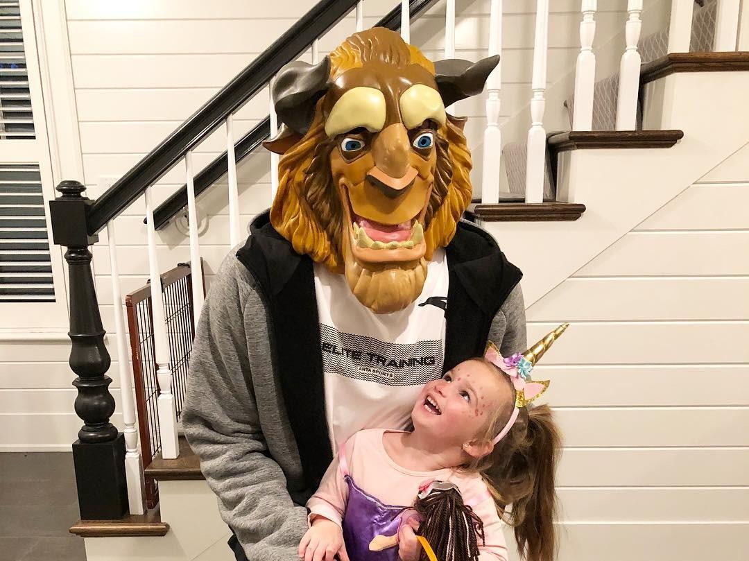 父女温馨!海沃德万圣节扮野兽