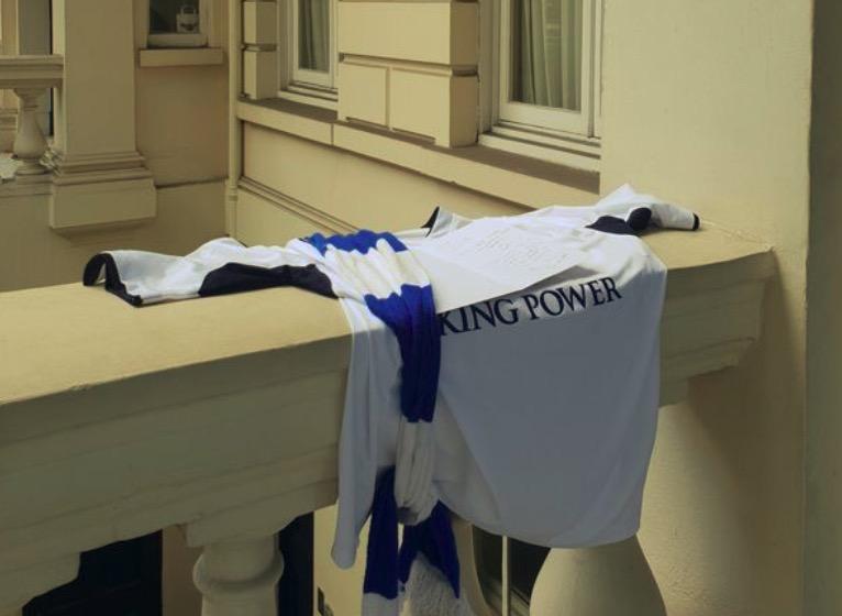 过分!泰国驻英大使馆外致敬维猜的蓝狐球衣被偷