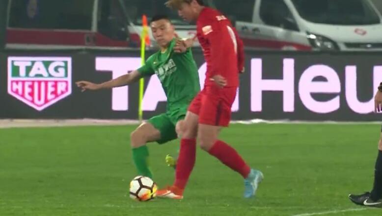 欧冠半决赛赛程 GIF:看着都痛!于大宝蹬踏杨旭脚踝,后者痛苦倒地