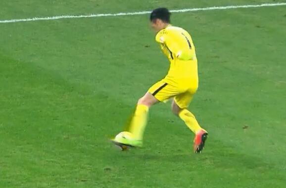 GIF:玩大了!顾超开大脚失误送佩莱进球,鲁能2-1苏宁