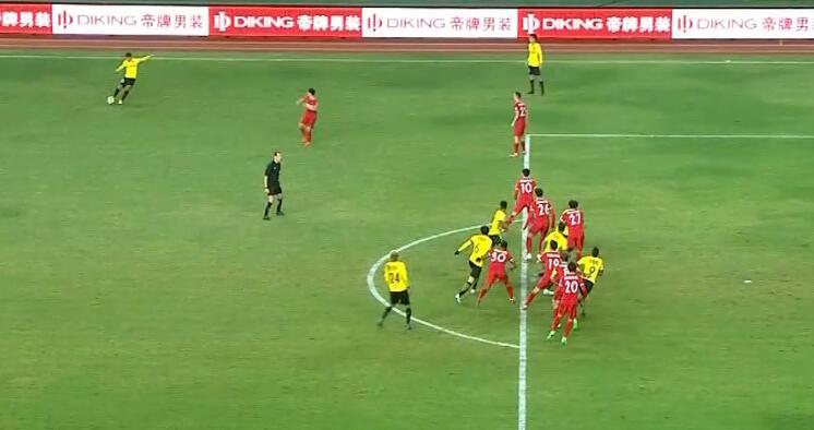 GIF:保利尼奥头球破门,边裁示意越位在先