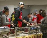 回馈社区!戴维斯举办个人年度感恩节晚餐活动