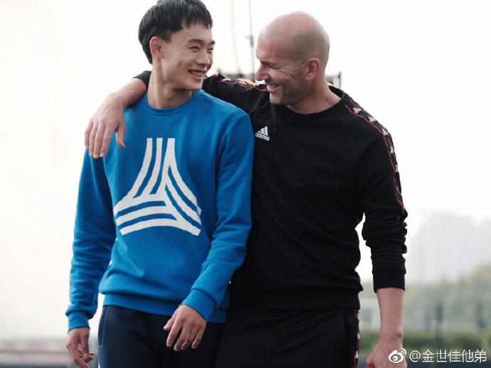 刘若钒晒和齐祖合影,球迷调侃:发型是30年后的自己