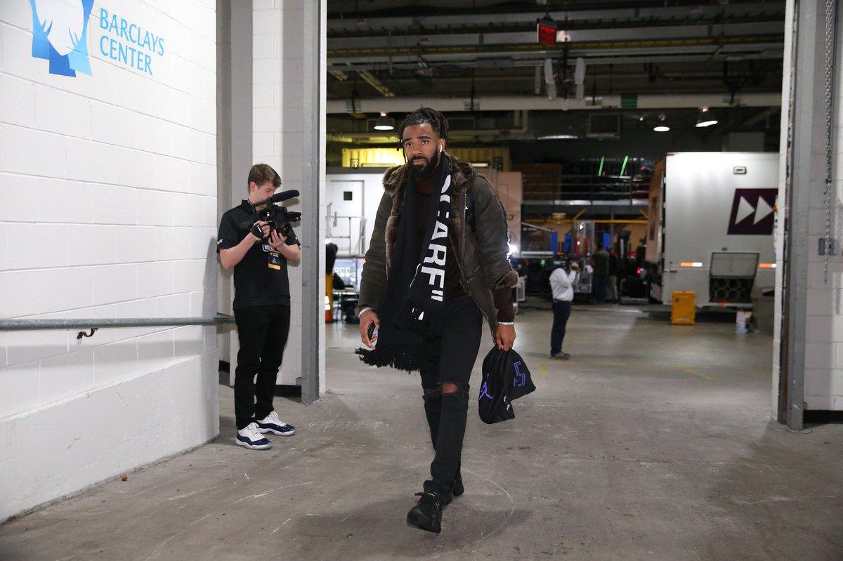 灰熊球员抵达客场球馆,康利帅气出镜