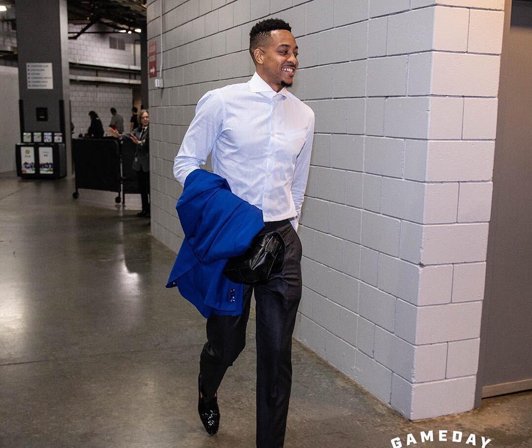 开拓者多将抵达比赛场馆:麦科勒姆衬衫西裤出镜