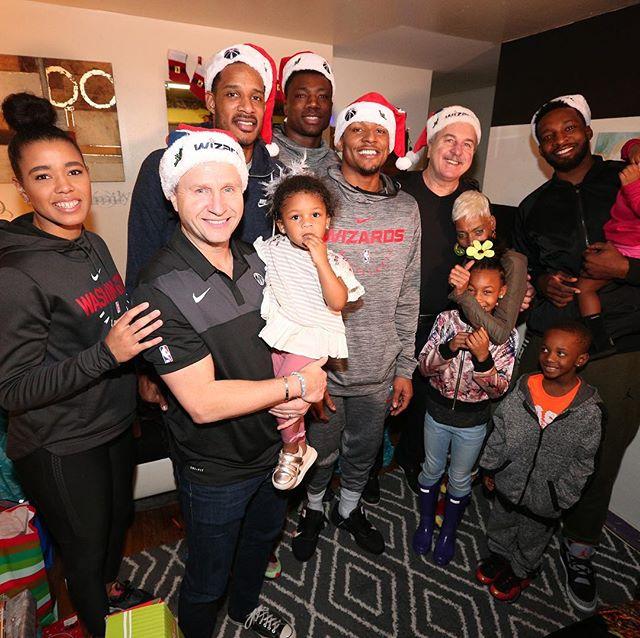 暖心!奇才球员与教练一首出席圣诞节慈善活行