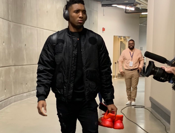 爵士多将抵达主场球馆:米切尔手拿本身新款签名球鞋