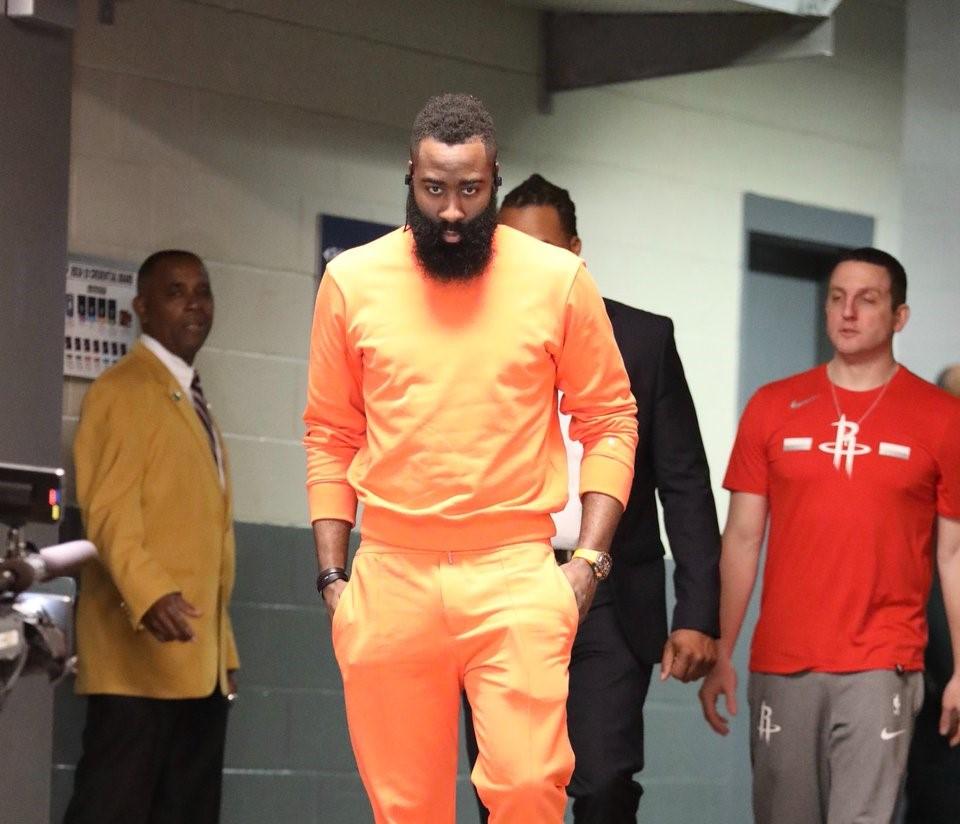 火箭众将抵达比赛场馆:哈登身着橙黄套装入场