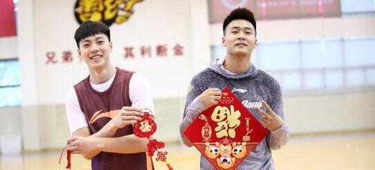 广东全体球员送新年祝福:球迷们新年快乐