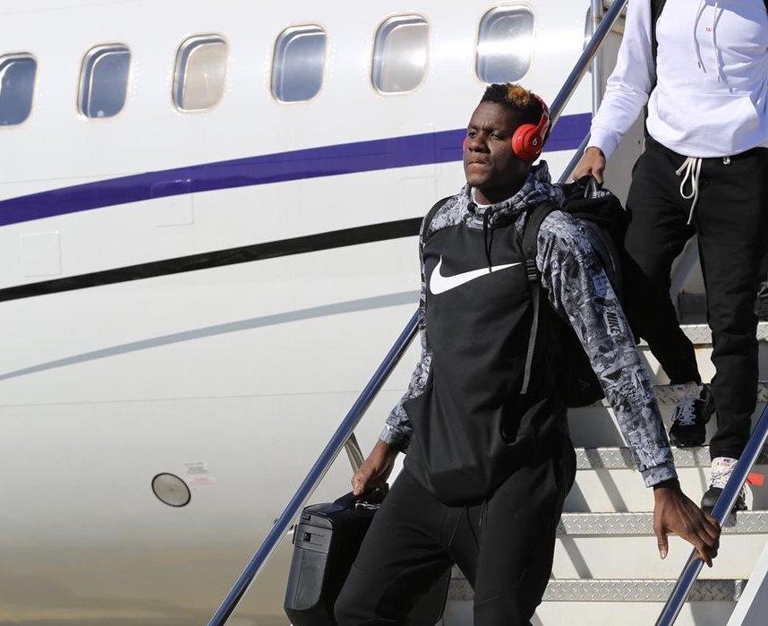 小托马斯复出. 火箭球员抵达奥克兰, 卡佩拉戴红色耳机出镜