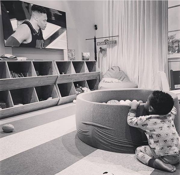 专注!威少儿子小诺阿观看雷霆比赛的电视直播