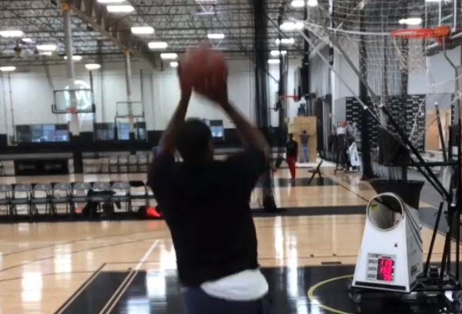 阿里纳斯进行投篮训练展现精准手感:想成功只有苦练
