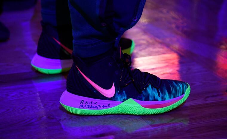 今日常规赛上脚球鞋一览:欧文上脚夜光Kyrie 5