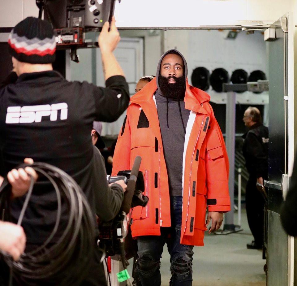 火箭众将抵达比赛场馆:哈登身着橙红色大衣入场