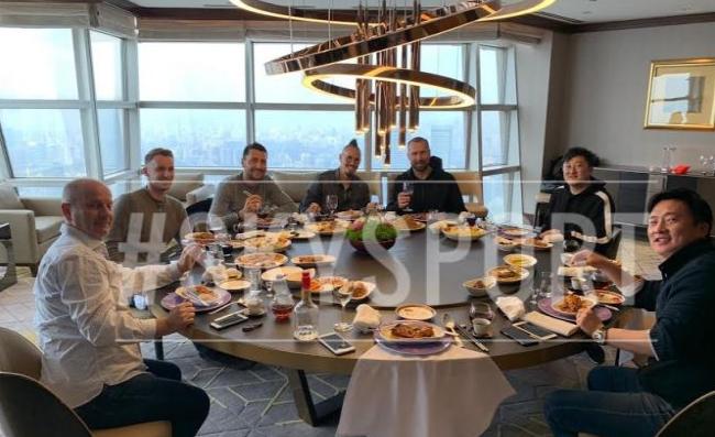 抵达中国后的首张照片, 西克在上海凯悦酒店享受晚餐