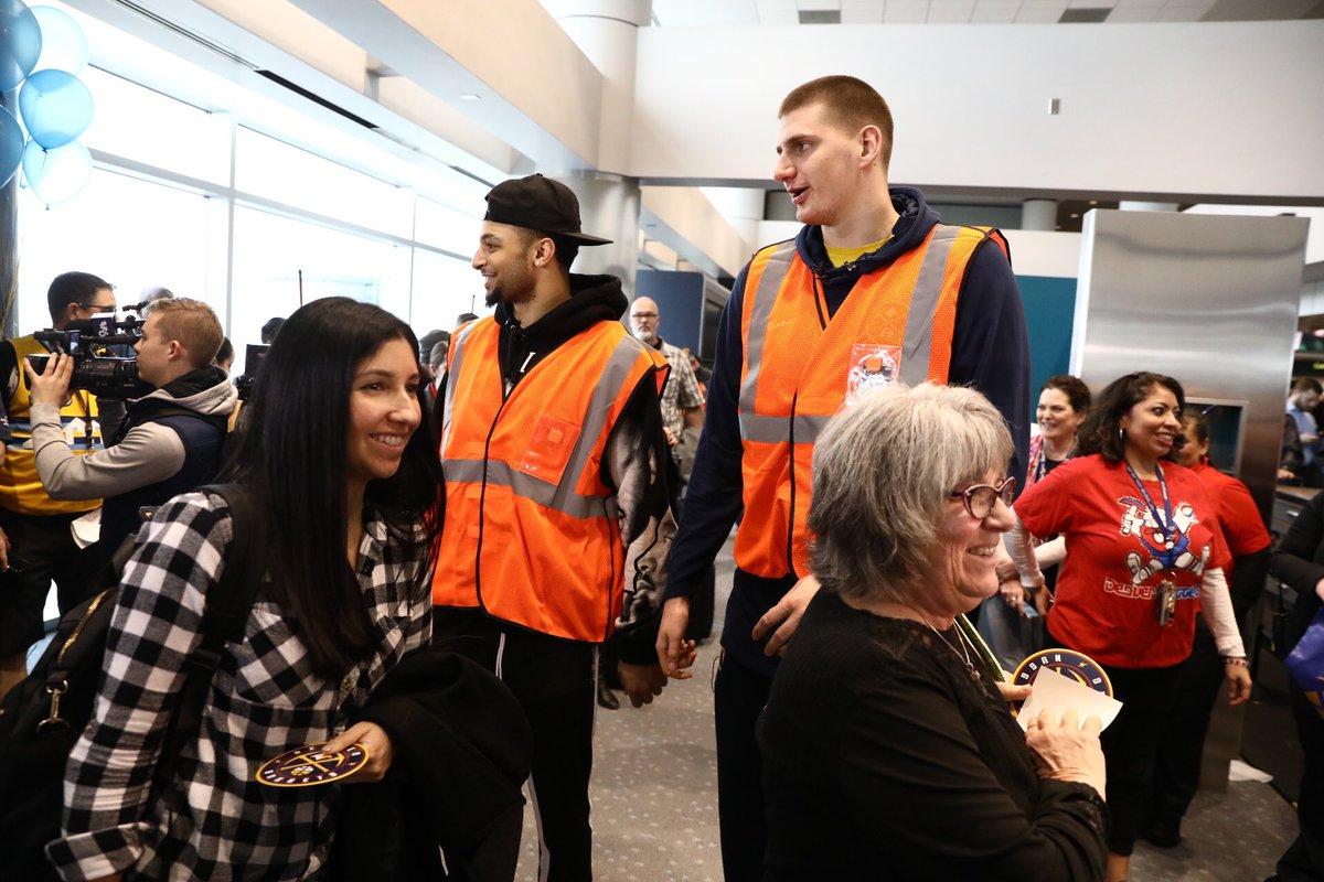 约基奇和贾马尔-默里今日到访丹佛国际机场