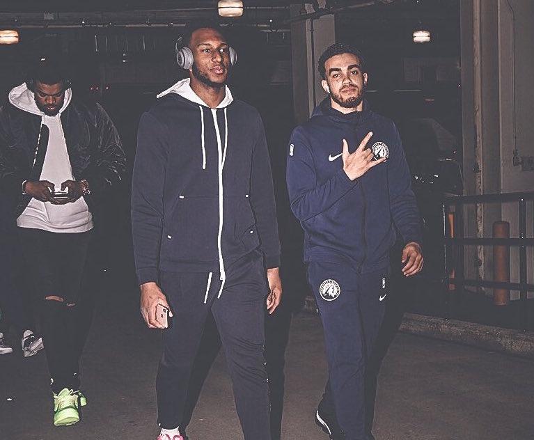 森林狼球员抵达客场球馆,唐斯穿黑色外套出镜