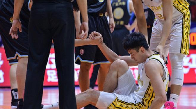 无奈伤退,北控内线王振宇抢下13个篮板创生涯新高