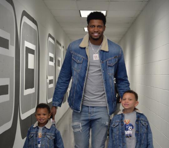 盖伊赛前带着两个儿子抵达球馆:牛仔父子装上身
