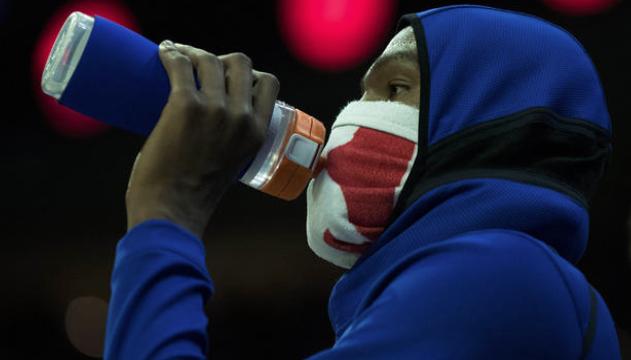 杜兰特谈隔着毛巾喝水:当时忘了脸上包着毛巾