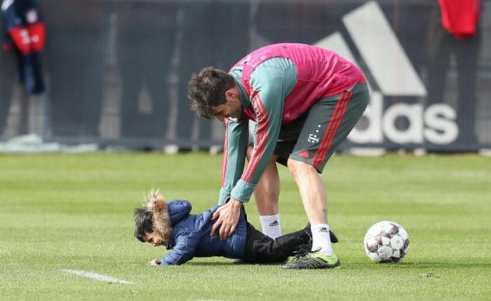 一图流:哈维- 马丁内斯带儿子在训练场训练