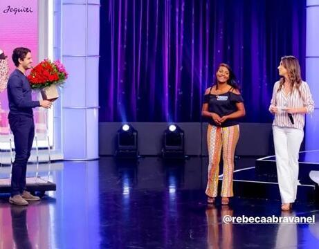 回到巴西神清气爽,帕托突然现身电视节目示爱女友