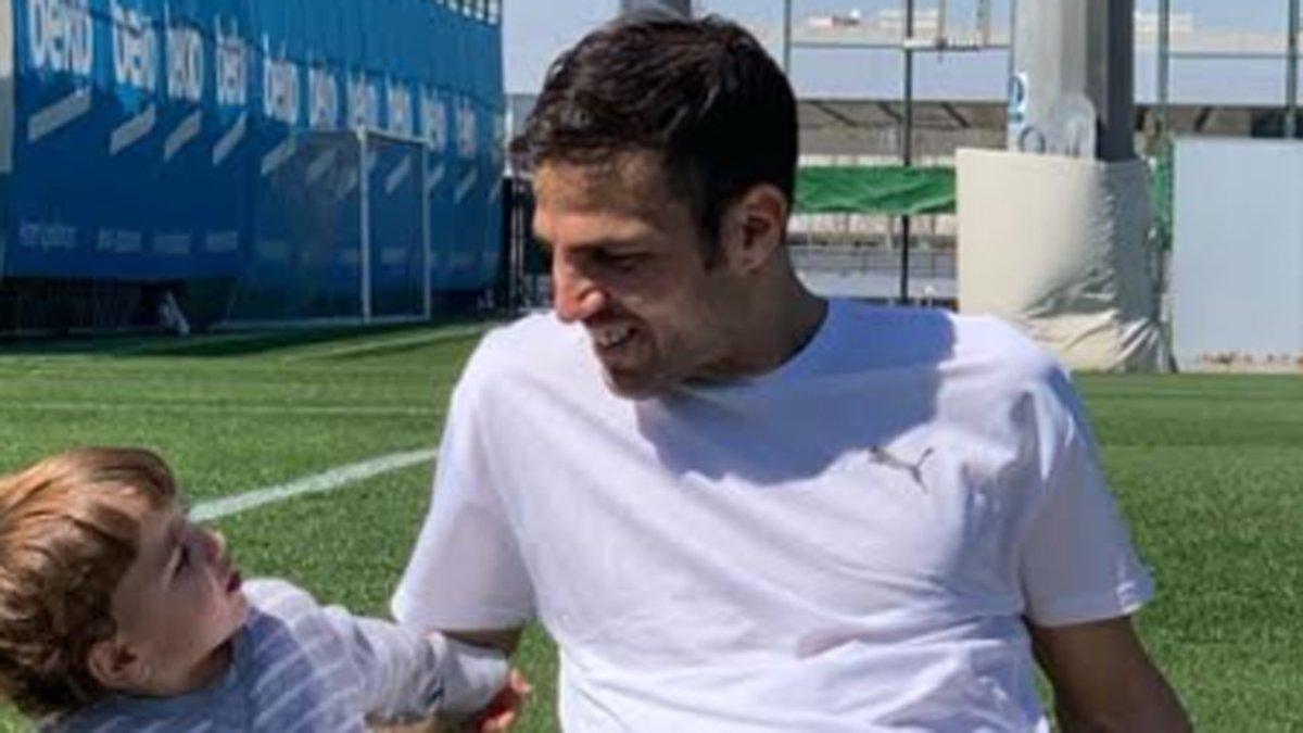 回巴塞罗那度假,法布雷加斯和家人造访甘伯体育城
