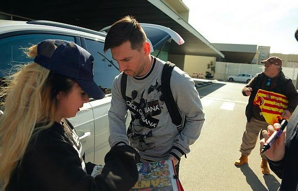 梅西回到巴塞罗那养伤,受到球迷热情迎接