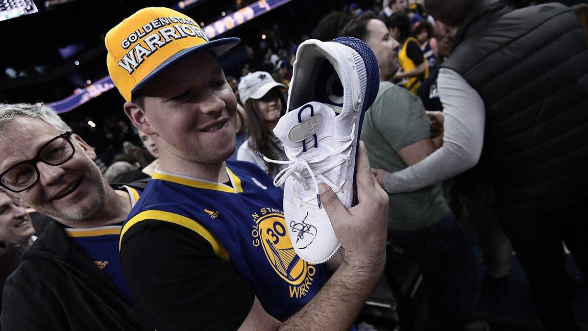 回馈球迷!库里赛后将球鞋送给场边观众