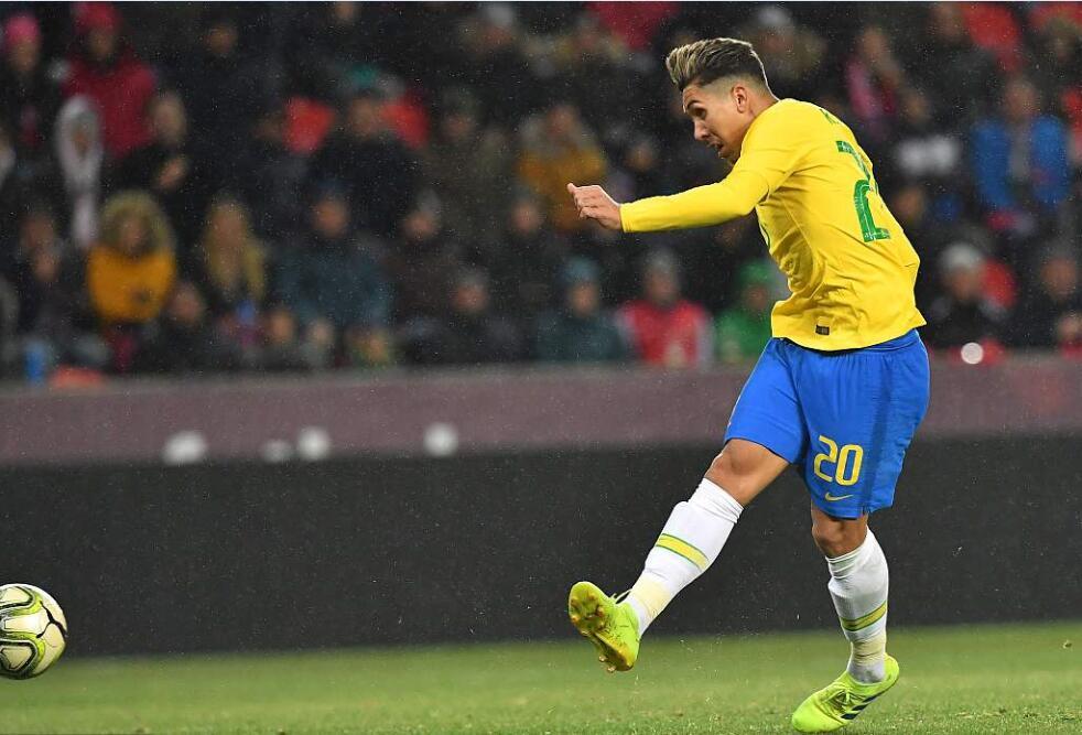 GIF:菲尔米诺断球成功推射破门,巴西扳平比分