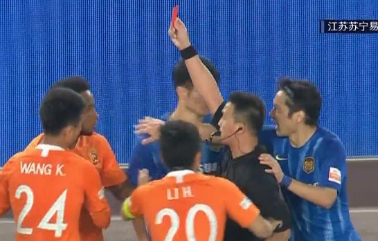 GIF:进球后2分钟染红,拉斐尔故意将球踢向对手被罚下