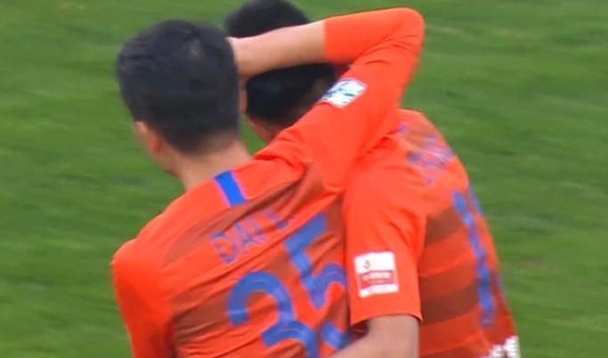 GIF:王大雷手抛球发动进攻,张弛完美弧线兜射破门