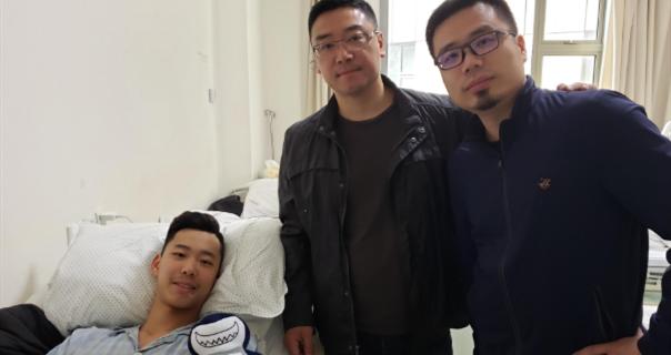 上海青年队主帅刘鹏前往医院探望小球员