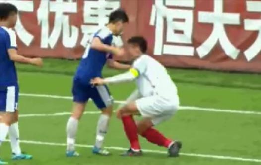 GIF:华夏幸福小球员遭越南对手拳打,眉骨破裂满脸是血