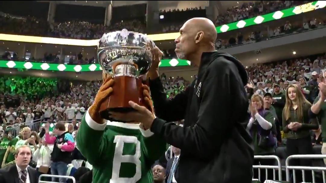 贾巴尔感慨带冠军奖杯观战:第一个冠军是如此特别