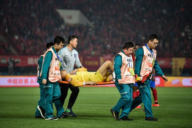 天津记者:杨启鹏被撞鼻梁骨折,需休息三周到四周