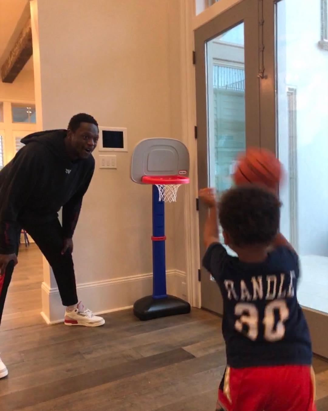 使人羡慕!兰德尔与儿子在家中玩儿童篮球