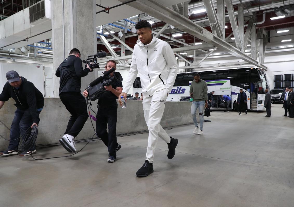 雄鹿众将抵达球馆:阿德托昆博穿白色运动套装
