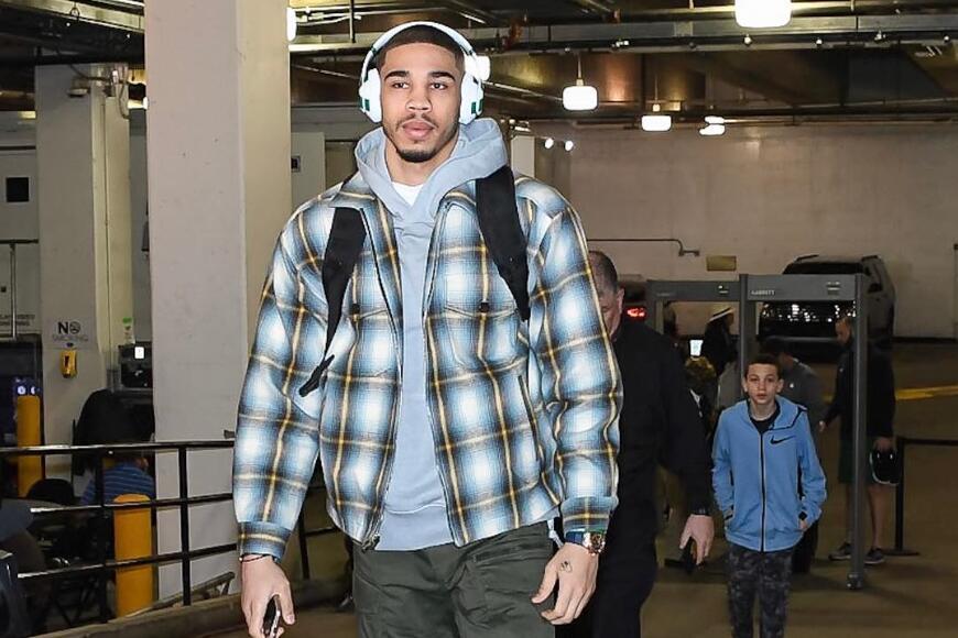 凯尔特人众将抵达球馆:塔特姆身穿格子外套入场