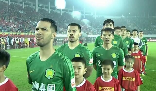 GIF:国安归化球员李可赛前认真演唱国歌