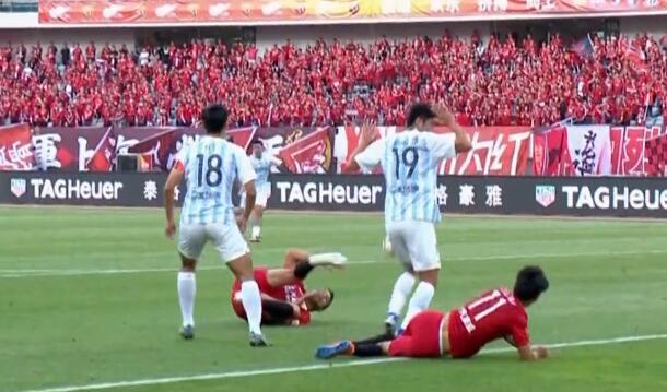 GIF:埃尔克森撞伤吕文君,李圣龙替补登场