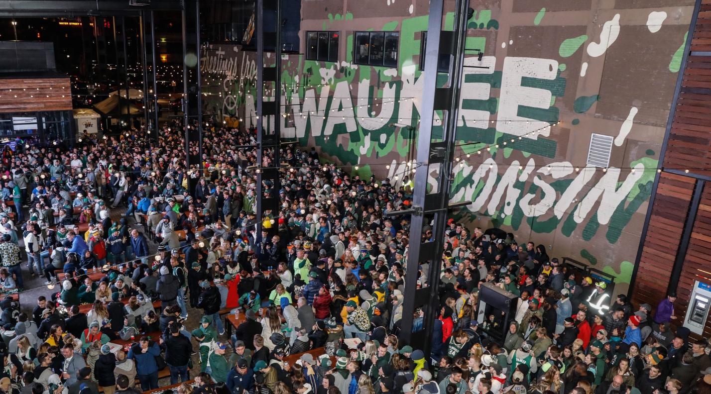 全城狂欢!雄鹿球迷涌上街头庆祝球队时隔18年重返东决